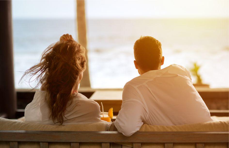 Фото: квартиры в Майами - купить квартиру в Майами недорого - пара муж и жена  на балконе элитного дома в Майами