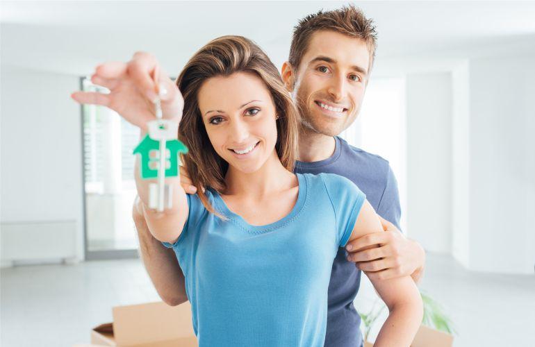 Недорогая недвижимость в Майами фото - семейная пара держит ключи от нового дома в Майами